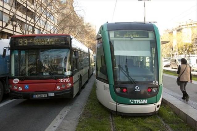 Un tranvía del Trambaix al final del trayecto, en la plaza de Francesc Macià, junto a un autobús urbano.