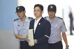 DRO03 SEÚL (COREA DEL SUR) 25/08/2017.- El heredero del grupo Samsung, Lee Jae-yong, llega al Tribunal del Distrito Central de Seúl (Corea del Sur) en el ámbito de su proceso judicial por corrupción dentro de la trama de la Rasputina, y para el que la fiscalía pide 12 años de prisión. Está previsto que la justicia emita hoy el veredicto. EFE/Chung Sung-Jun / Pool