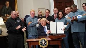 Trump tras firmar las medidasarancelarias sobre el acero y el aluminio.