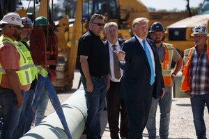El presidente de los Estados Unidos, Donald Trump, en una visita a oleoductos.
