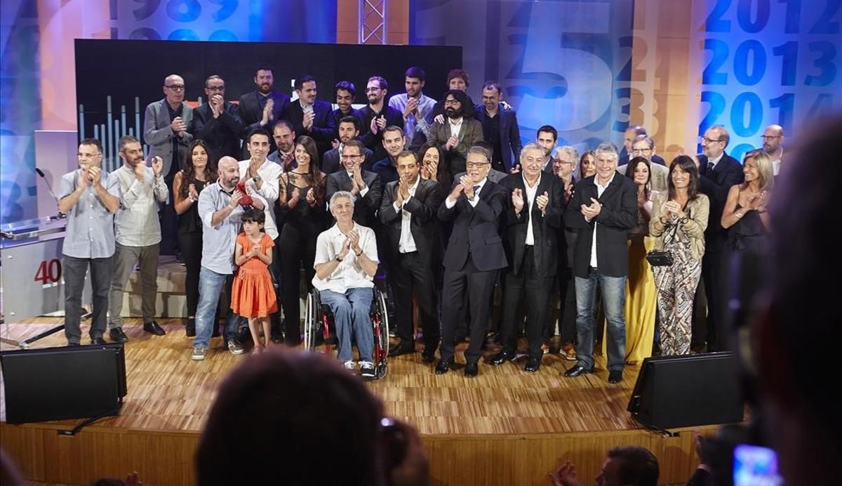 Foto de familia de la fiesta de la 'TdP', el sábado por la noche, con Joaquim Maria Puyal en el centro.