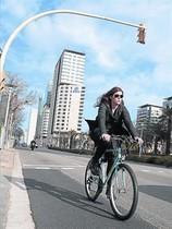 Una ciclista circula cerca del Hotel Hilton, en el paseo del Taulat.