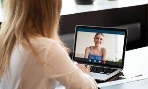 Una joven conversa con una amiga a través de una videollamada.