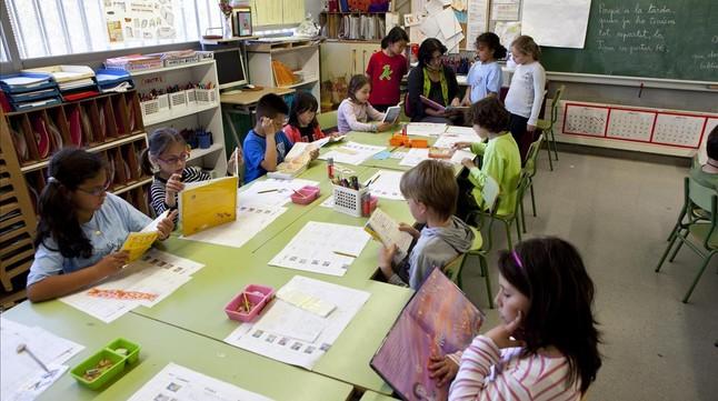 Una maestra atiende a sus alumnos de segundo de primaria en la escuela Pompeu Fabra de Barcelona.
