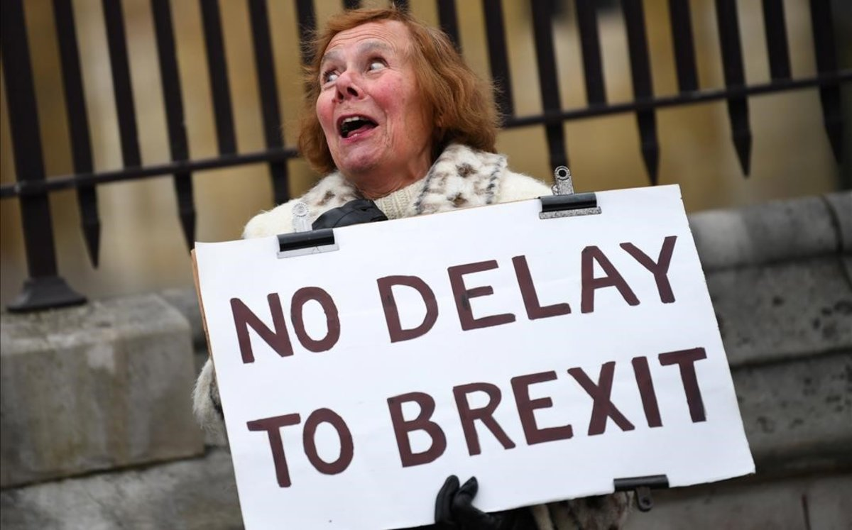 Una manifestante partidaria del brexit sostiene una pancarta ante el Parlamento británico, en Londres.