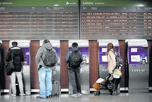 Una mujer con su bebé, en la estación de Atocha.
