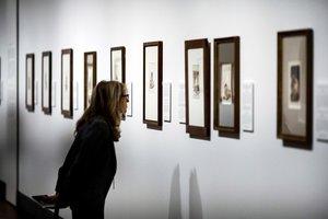 Una mujer observa las obras de Goya en el Museo del Prado.