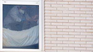 Una persona mayor es atendida en una residencia en Madrid.