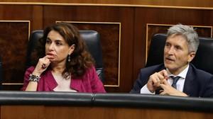 La ministra de Hacienda, María Jesús Montero, junto al ministro de Interior, Fernando Grande Marlaska, en el pleno del Congreso.