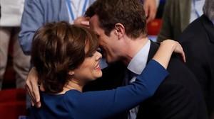 Santamaría y Casado se saludan en el congreso del PP.