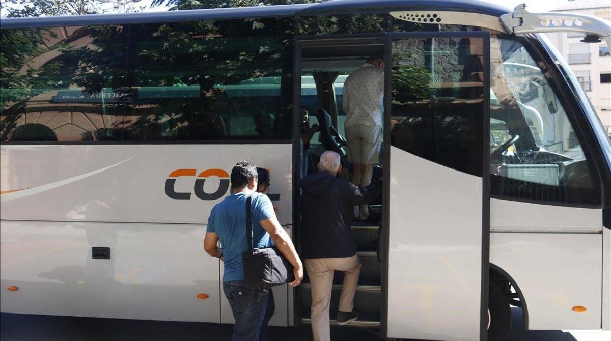 Detingut per abusar, pegar i robar la bossa d'una dona a l'autobús
