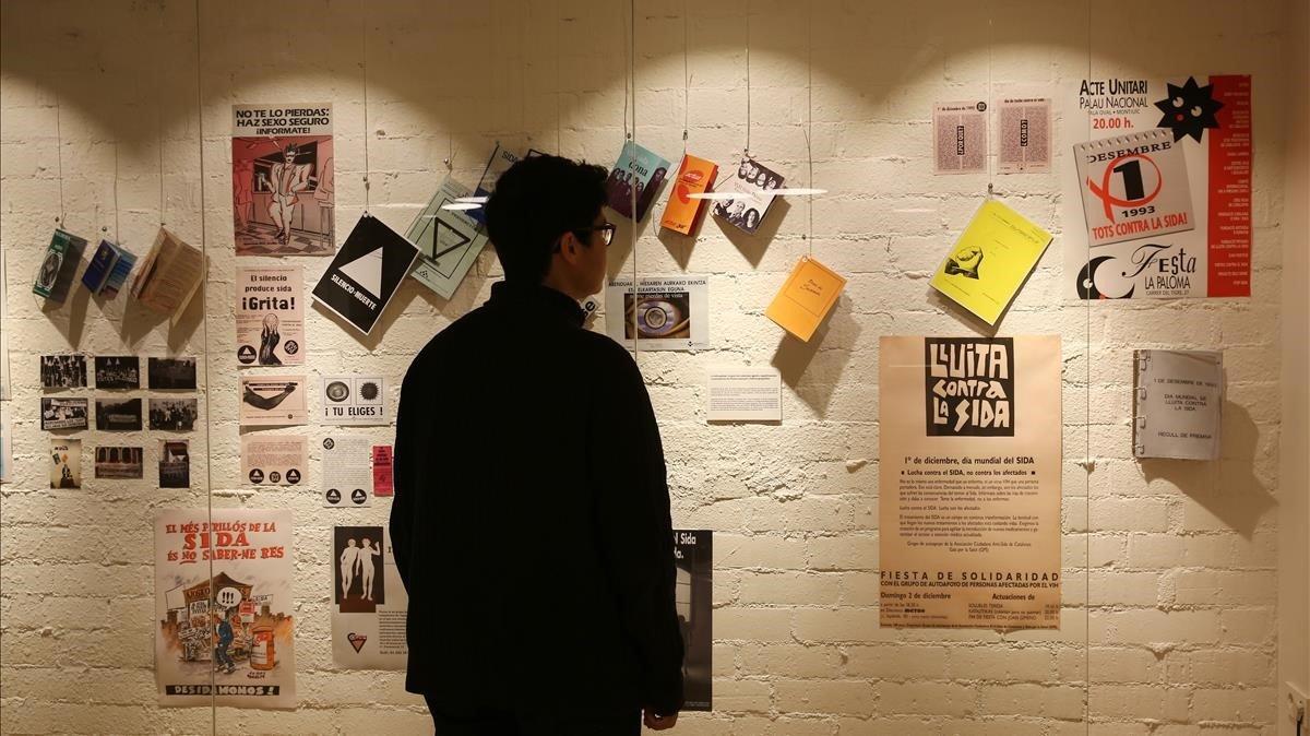 La exposición 'Gent positiva: VIH i sida, relats locals d'una història global', en el Centre LGTBI de Barcelona.