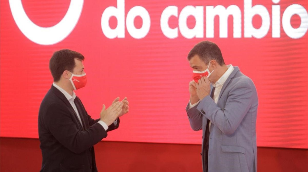 Pedro Sánchez y el candidato socialista en Galicia, Gonzalo Caballero, el sábado en A Coruña.
