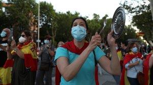 Vecinos del madrileño barrio de Moratalaz, en una nueva cacerolada contra del Gobierno por su gestión de la crisis del coronavirus, el 20 de mayo.