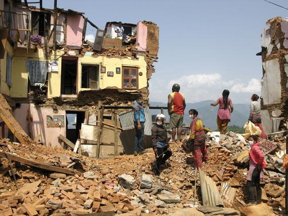 Vecinos de Katmandú buscan entre los escombros de las viviendas derruidas por el terremoto.