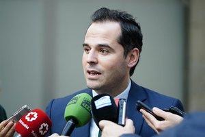El vicepresidente de la Comunidad de Madrid, Ignacio Aguado, ante los medios.