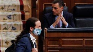 El vicepresidente Pablo Iglesias, pasa delante del jefe del Gobierno, Pedro Sánchez, en junio, en el hemiciclo del Congreso de los Diputados.