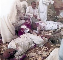 Víctimas chiís tras el atentado en la mezquita de Kuwait.
