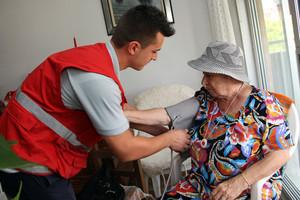 Visita a una persona mayor por parte de un profesional de la atención domiciliaria.