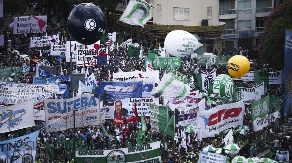 Miles de personas participan en una marcha por la Avenida 9 de Julio de Buenos AiresArgentinaconvocada por el sindicato de Camioneros de Argentinaa la que se adhieren otros gremios y organizaciones .