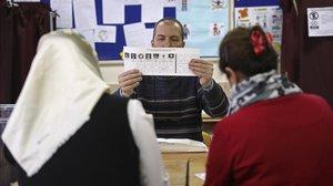 Votantes en un colegio electoral de Ankara.