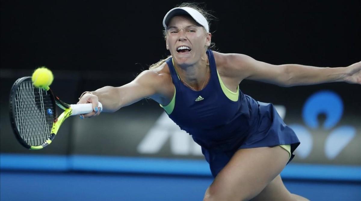 Wozniacki devuelve un golpe forzada, en la final de Australia ante Halep.