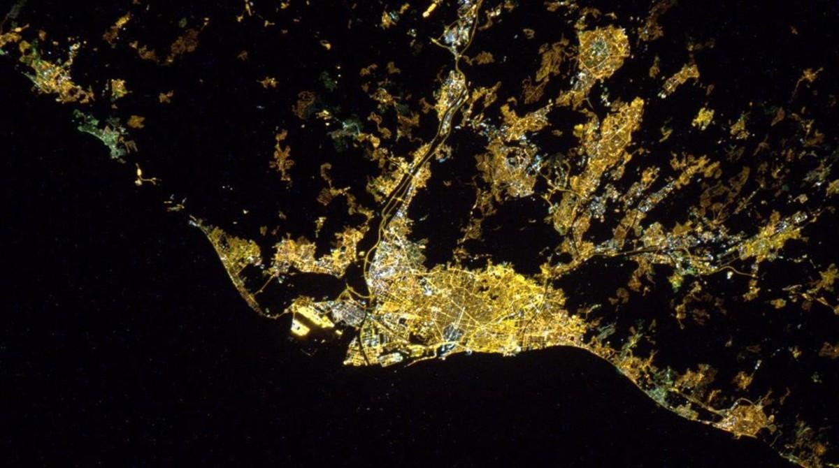 La silueta de Barcelona, definidida por su iluminación nocturna.