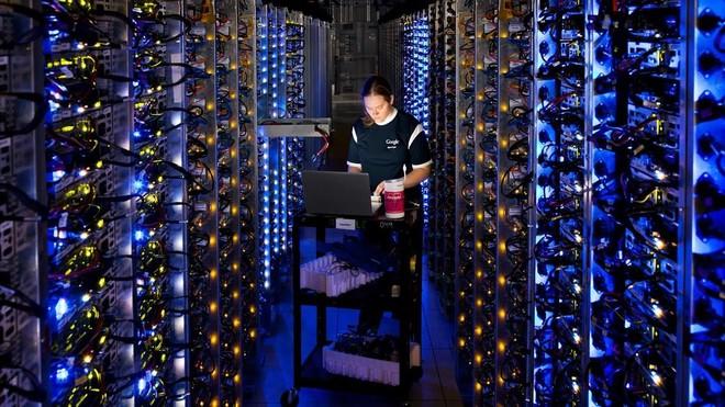 Una responsable de Google, en la central de datos que la empresa tiene en The Dalles, Oregón.