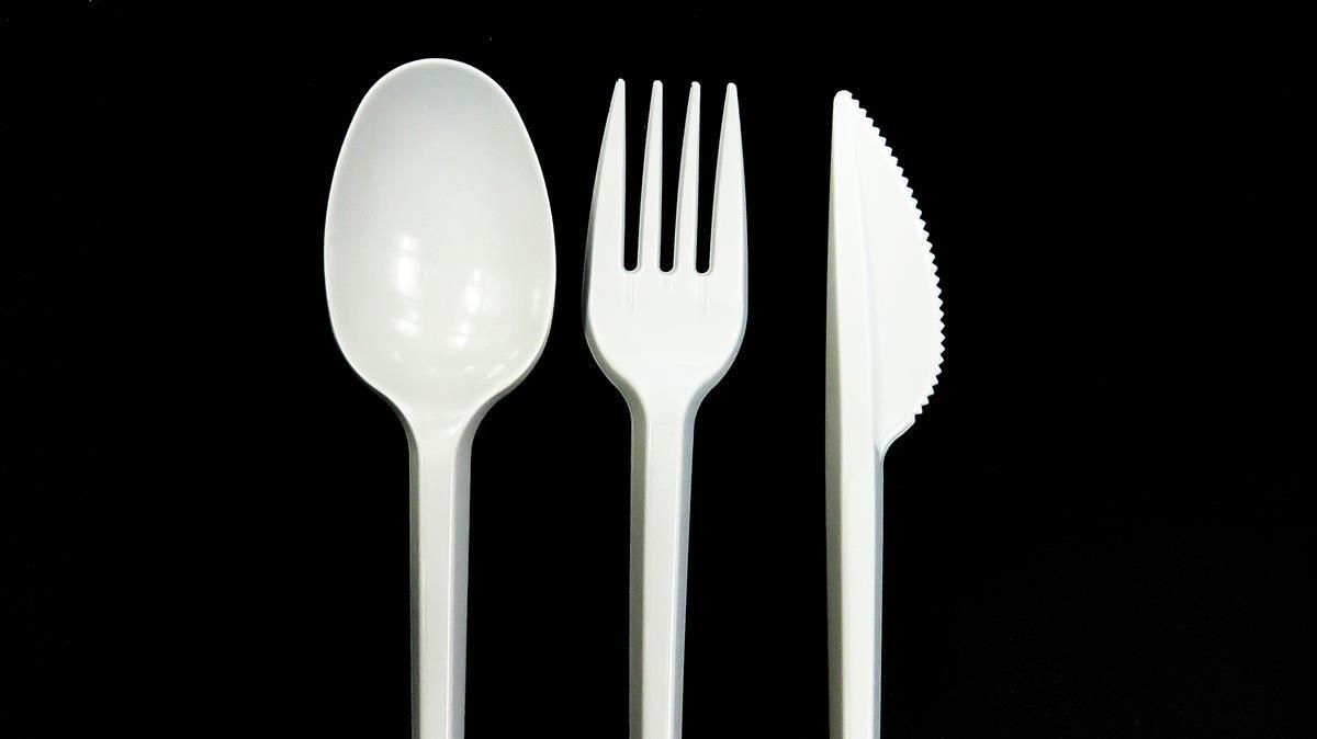 França prohibirà els recipients i coberts de plàstic