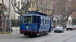 El Tramvia Blau encara avenida del Tibidabo en su ascenso hasta la plaza del Doctor Andreu.