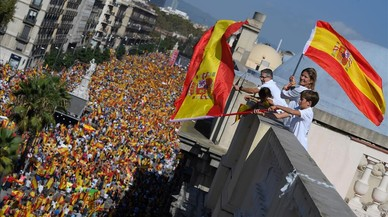 zentauroepp40461758 protesters wave spanish flags from a balcony during a demons171008183625