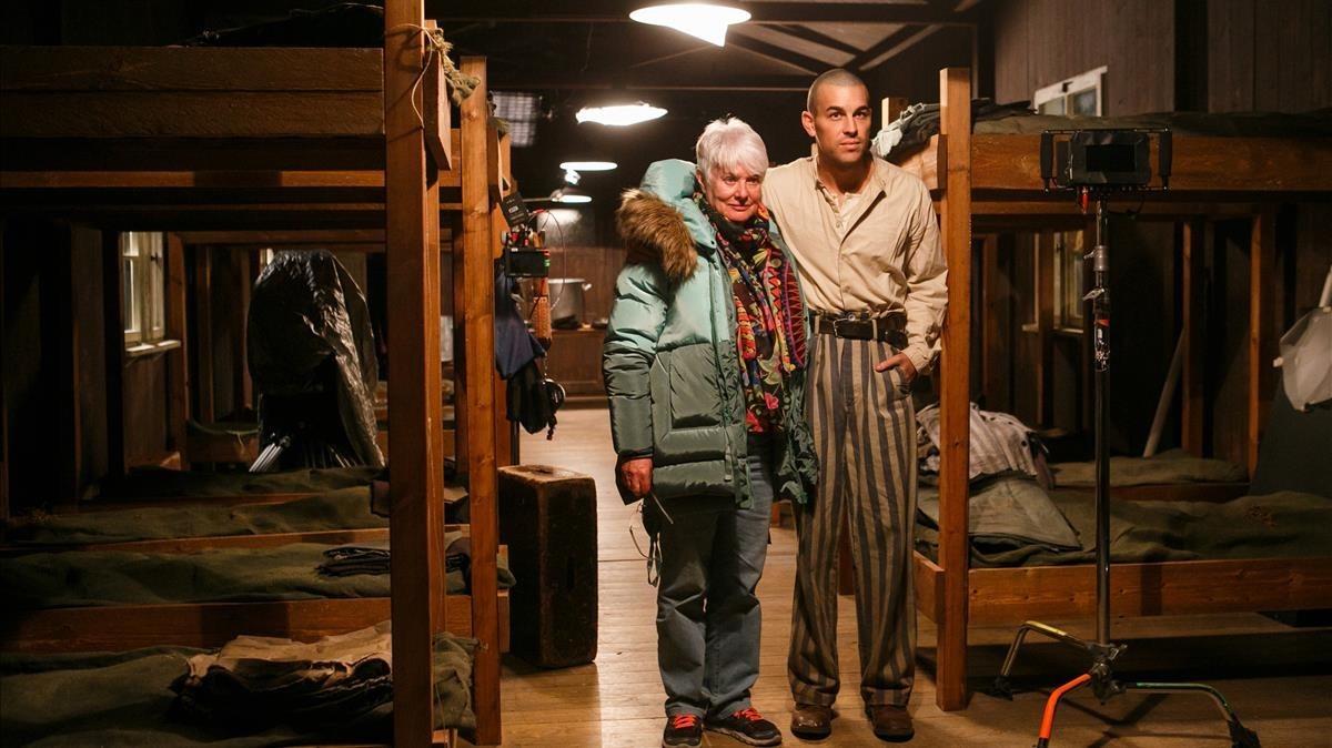 Mario Casas, que encarna a Francesc Boix en El fotógrafo de Mauthausen, y la cineasta Mar Targarona,en la reconstrucción de un barracón del campo nazi, este jueves durante el rodaje.