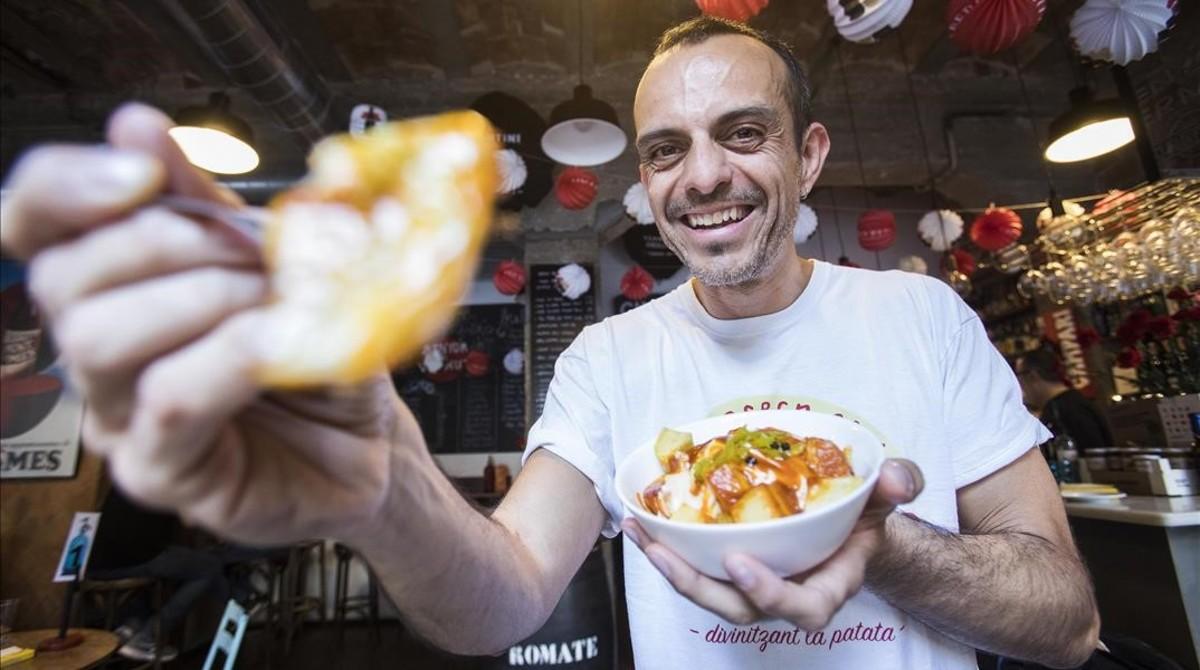 Edu González posa con una ración de patatas del Senyor Vermut. Son las bravas que están en el número 1 del ránking de su blog.
