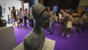 Asistentes al congreso en la entrada, con una escultura de Robert Llimós en primer plano.