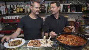 Los hermanos Bartoli, de la bodega de la calle de Vallespir,entre sus setas y sardinas en escabeche.