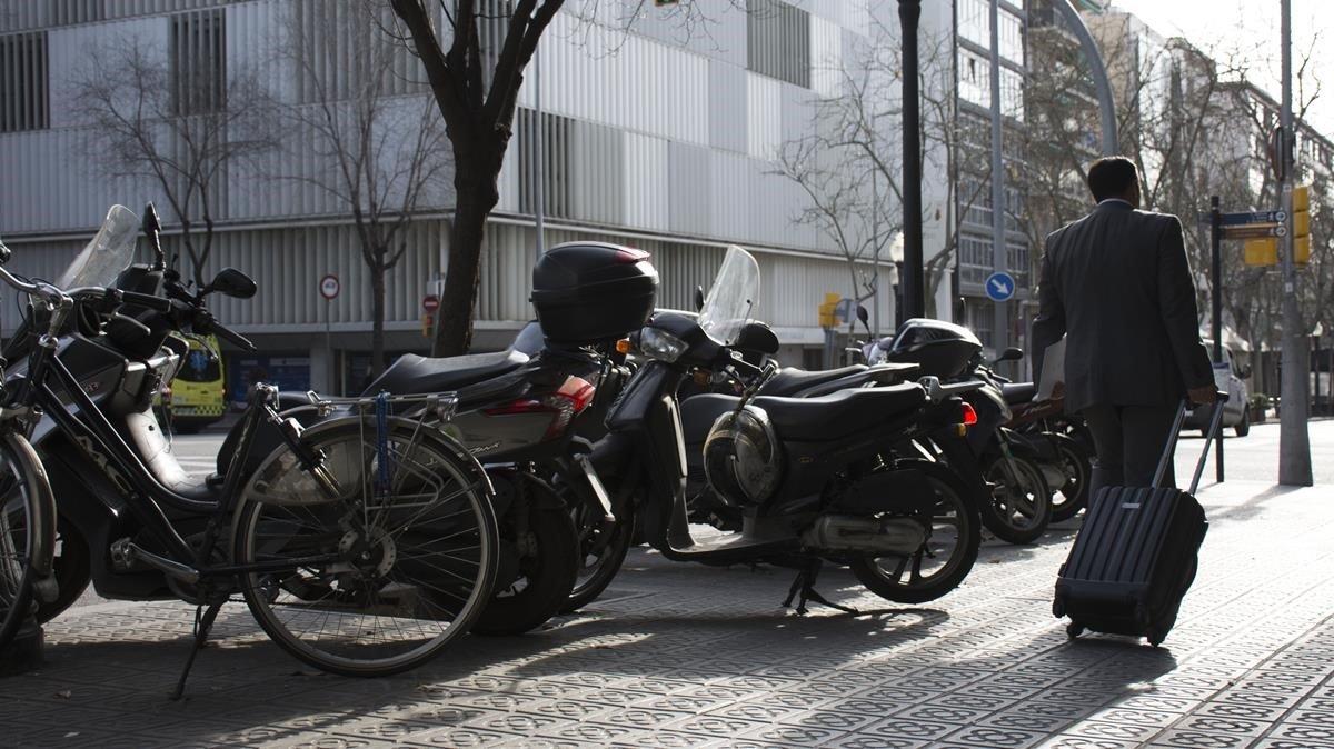 Les voreres de Barcelona continuen ocupades per ciclistes i motos mal aparcades