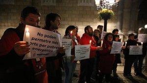 Activistas de la Alianza de la Pobreza Energética, ante el Palau de la Generalitat.