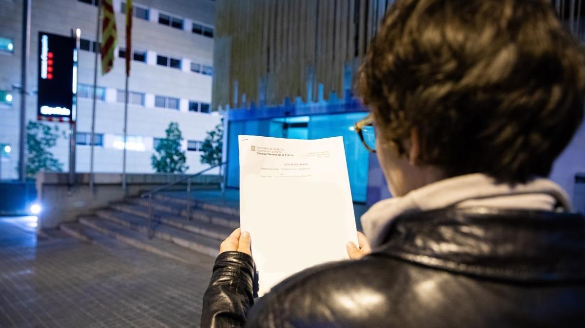 Mireia, exalumna del colegio Pare Claret de Barcelona, tras presentar ante los Mossos d'Esquadra la denuncia por abusos sexuales contra el conserje del centro, el pasado 7 de marzo.