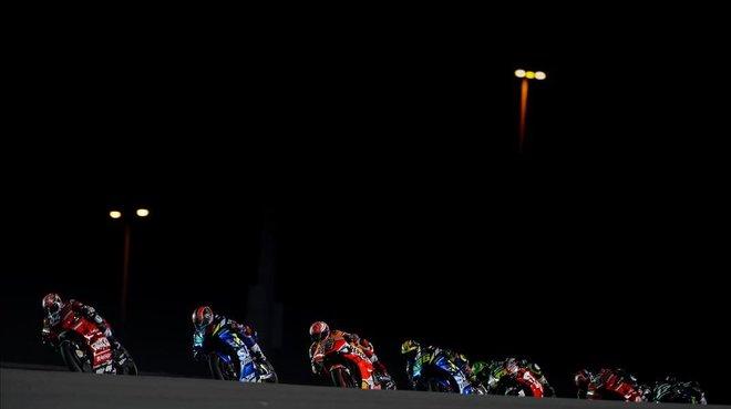 Primeras vueltas bajo los focos de Andrea Dovizioso,Alex Rins,Marc Marquez,Joan Mir,Cal Crutchlow,Maverick Viñales y Danilo Petrucci.