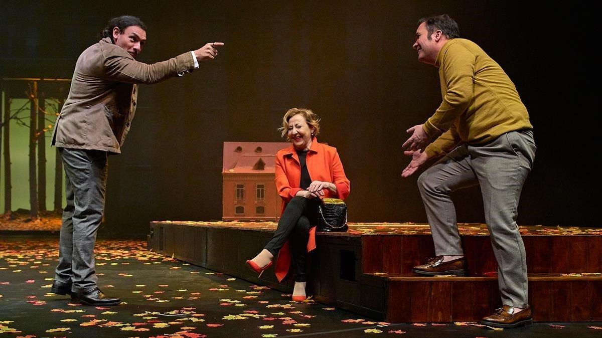 Nelson Dante (izquierda), Carmen Marchi y Secun de la Rosa en un momento de 'El jardín de los cerezos'.