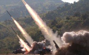 Fotografía cedida por la Agencia de Noticias Central de Corea del Norte (KCNA) que muestra el lanzamiento de misiles durante un simulacro de ataque de unidades militares ayer jueves, en un lugar no revelado.