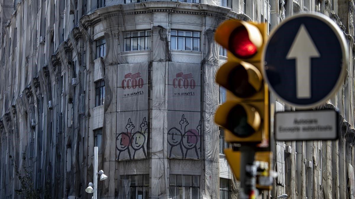 El edificio de CCOO, en la Via Laietana, con la fachada cubierta por mallas de seguridad.