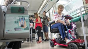 Els escúters ja poden entrar al tramvia i busos interurbans de Barcelona