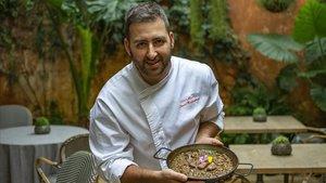 El chef del Windsor, David Rodríguez, muestra un arroz de pichón.