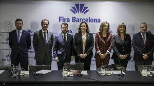 La alcaldesa de Barcelona y presidenta del Consell General de Fira de Barcelona, Ada Colau, en el centro, entre la 'consellera' de Empresa, Àngels Chacón, y el vicepresidente de la Govern, Pere Aragonès. A la derecha, el director general de la Fira, Constantí Serrallonga, y la alcaldesa de L'Hospitalet, Núria Marin. A la izquierda, el presidente de la Cambra de Barcelona, Joan Canadell, y a su izquierda el presidente de la Fira, Pau Relat.