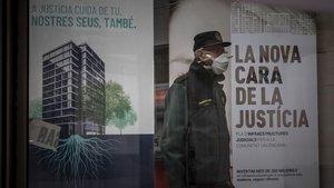 Un agente de la Guardia Civil, en el desalojo de la Ciudad de la Justicia de València por sospechas de coronavirus, el 18 de marzo.