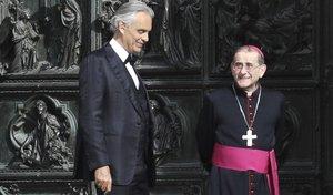 Andrea Bocelli, junto al arzobispo de Milán, Mario Delpini, a la salida del Duomo, en abril pasado.