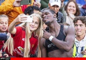 Paul Pogba se fotografía con una aficionada del Manchester United durante la pretemporada.