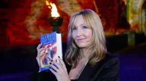 J. K. Rowling en Edimburgo, con uno de los libros de la serie.