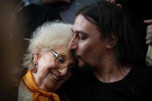La presidenta de Abuelas de Plaza de Mayo (Abuelas de Plaza de Mayo), organización de derechos humanos, Estela de Carlotto (L), es besado por Javier Matias Mijalchuk Darroux, el 130º nieto, en una conferencia de prensa.